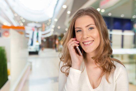 携帯電話で電話する女性