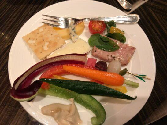 シャングリ・ラ ホテル 東京のホライゾンクラブのカクテルタイムの野菜・チーズ等