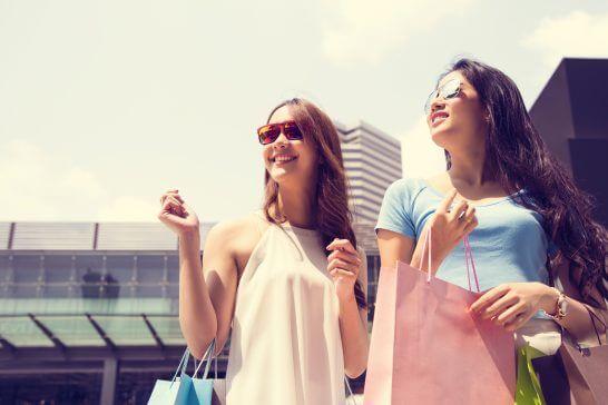 ショッピング中の2名の女性