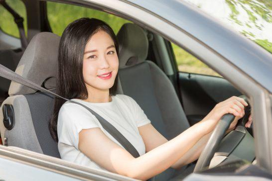 ドライブする女性