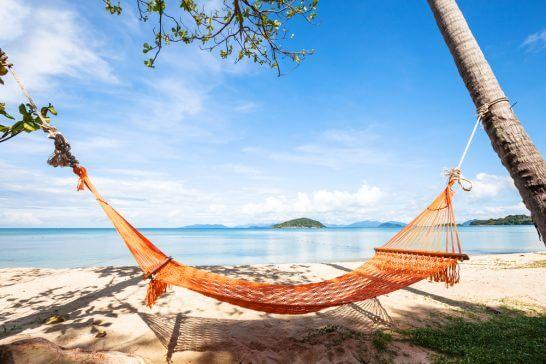 海外リゾートの海辺のハンモック