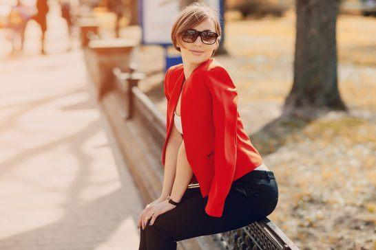 赤い上着を羽織った女性