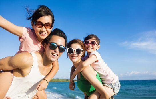 海辺で遊ぶ家族