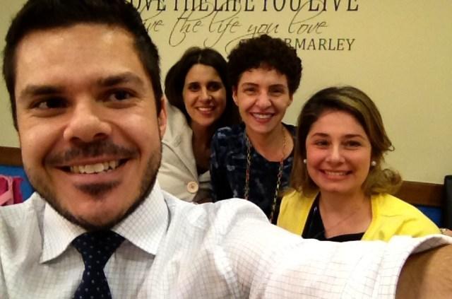O linguísta Rodolfo Mattiello com as professoras Jana, Carla e Adriana.
