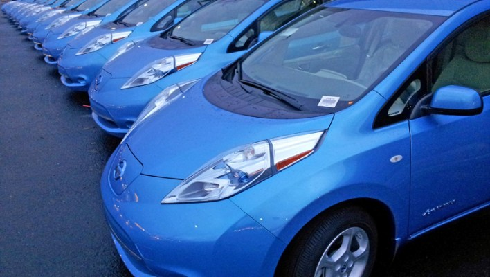 nissan_leaf_reviewing_a_car