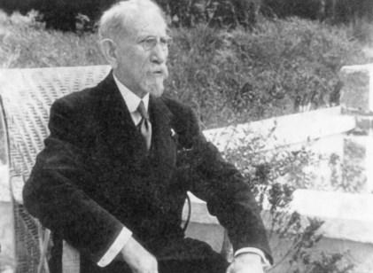 Charles Maurras sur la terrasse de son jardin