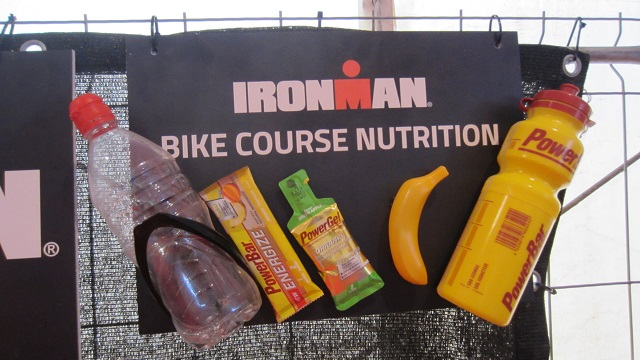 Еда на пунктах питания на велоэтапе Ironman Barcelona 2016. Максим Бувалин