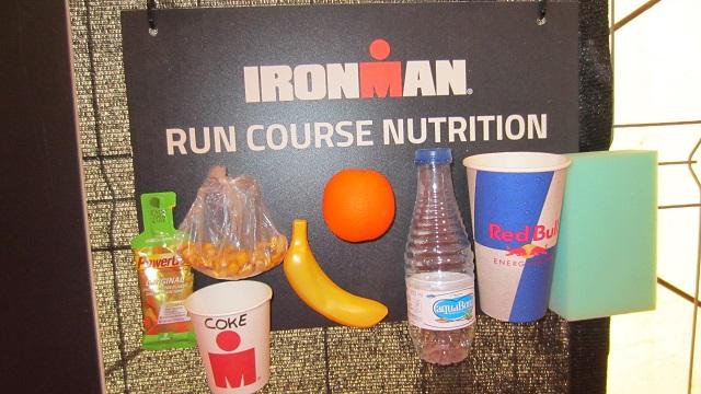 Еда на беговом этапе была каждые 2,5 км. Были даже орешки. Айронмен Барселона 2016. Максим Бувалин