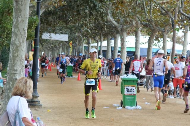 Закрываю 28-й километр. Еще чуть больше круга остается. Ironman Barcelona 2016. Максим Бувалин