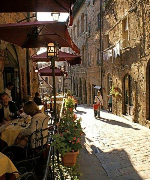 Toscana, Italy..VIAJES. Colocar afiches, fotografías, adornos con los lugares que hemos visitado o nos gustaría visitar en la coordenada Noroeste es fabuloso para activar nuestros viajes.