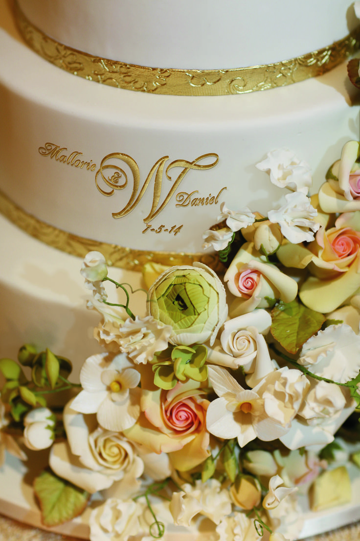 Personalize your cake with a wedding logo