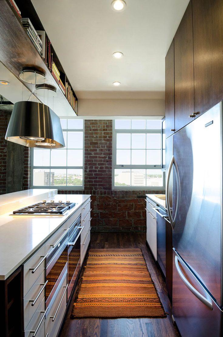#cocina #conestilopropio: loft reformado por Content Architecture en Houston de estilo industrial, para la cocina se ha elegido una combinación de mobiliario bajo en blanco lacado y madera con vitrina para el mobiliario alto.