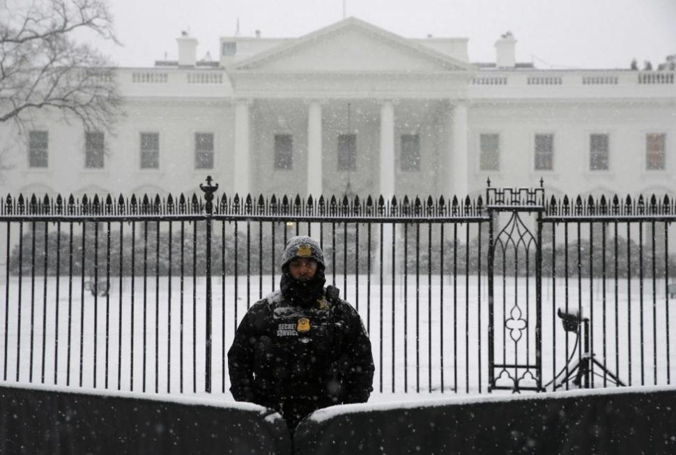 Secret Service officer stands in snow outside the White House,  Jan. 22, 2016.  REUTERS