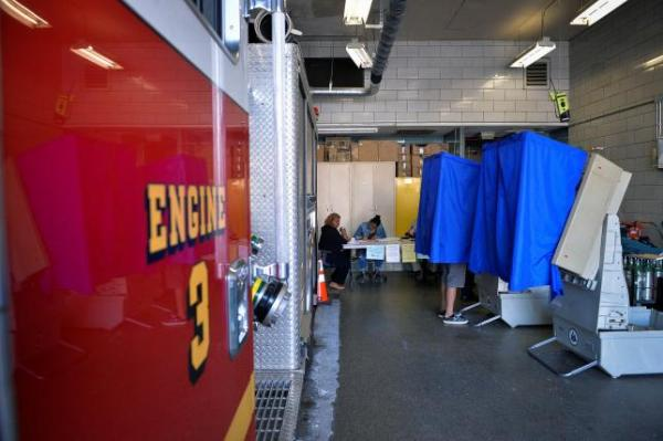 A voter casts his ballot in the Pennsylvania primary at a polling place inside a firehouse in Philadelphia, Pennsylvania, U.S., April 26, 2016.   REUTERS