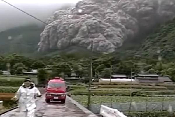 "Scary video of ""pyroclastic flow"" chasing a screaming man in Japan"