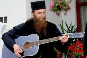 svestenik-sa-gitarom