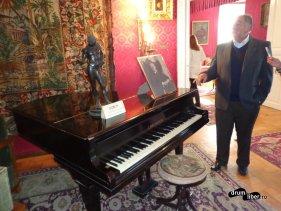 Pian și statuia lui Narcis - Muzeul Octavian Goga de la Ciucea, județul Cluj