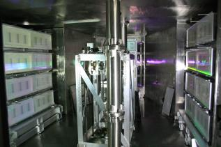 This is a pulse compressor of LFEX using 16 sheets of the dielectric multilayer film diffraction grating of 91cm x 42cm. CREDIT Osaka University