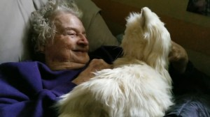 Son gives mother with dementia a robot cat. This is how she reacted
