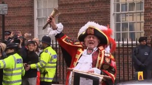 Footage of unofficial town crier announces royal baby's birth