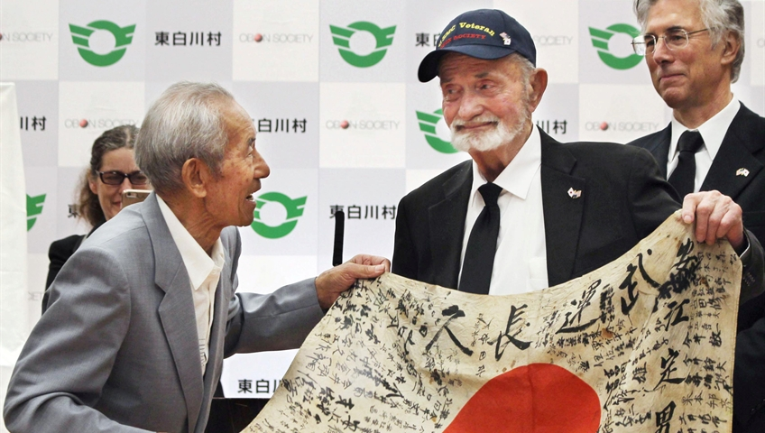 US WWII vet returns flag to Japan soldier's kin