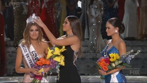 Steve Harvey reads out wrong name, crowns wrong Miss Universe