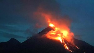 Mexico's 'Fire' volcano erupts, lava starts pouring down its side