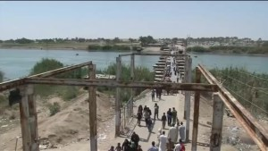 Tens of thousands of Iraqis flee fighting in Ramadi