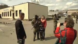 Raw video: Crowds celebrate, pose for pictures with pro-Russian militia in Slovyansk