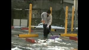Raw video: Japanese residents battle largest snowfall in nearly a century