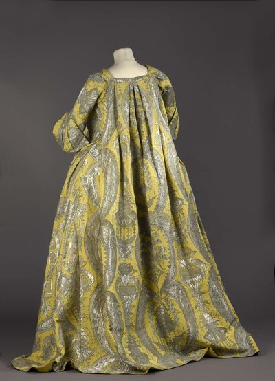 For women used to wearing tight bodices, the loose-fitting robe volante was a welcome change.