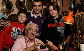 Juan Carlos Pallarols le enseñó el oficio de orfebre a sus hijos y a sus nietos.