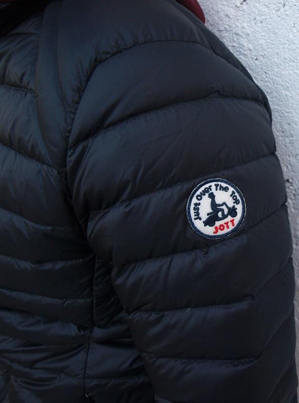 Logo JOTT sur manche doudoune