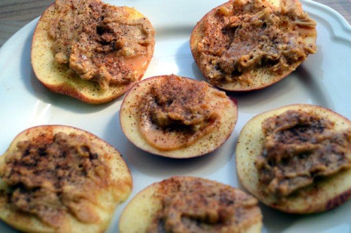 Snack æble med peanutbutter og kanel, sunde snacks