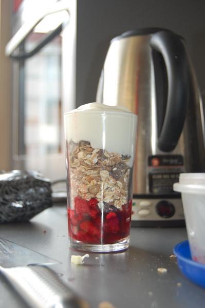 Yoghurt, musli och hallon