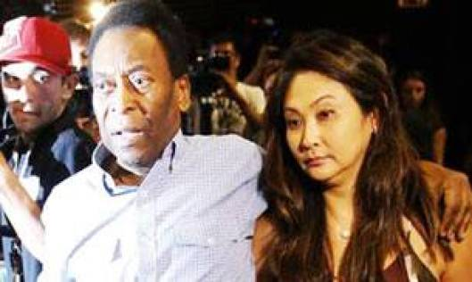 A file image of Pele and his girlfriend Marcia Cibele Aoki. (Reuters Photo)