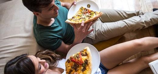coupleeatingpizza