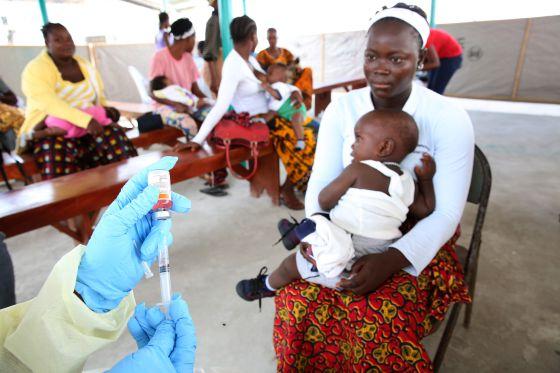 Una enfermera prepara una vacuna en un hospital de Monrovia (Liberia). / DOMINIC CHAVEZ (WORLD BANK)