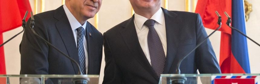 Turecký prezident Recep Tayyip Erdogan pricestoval na recipročnú oficiálnu návštevu SR. Na snímke vpravo prezident SR  Andrej Kiska a vľavo prezident Turecka Recep Tayyip Erdogan počas tlačovej konferencie v Prezidentskom paláci v Bratislave 31. marca 2015. FOTO TASR - Martin Baumann