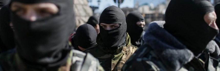 Člen Organizácie ukrajinských nacionalistov (OUN), čaká na odchod na východoukrajinský front, v centre Kyjeva, 17.3.2015. REUTERS / Gleb Garan