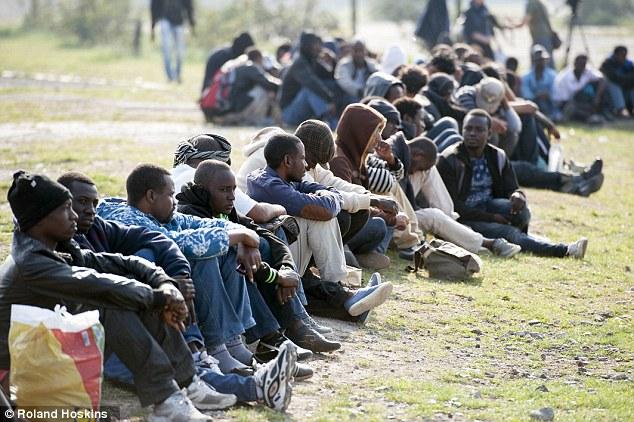 Migranti sedia v rade vo francúzskom prístavnom meste Calais a mnohí z nich sú  pripravení vycestovať do Británie. Nová štúdia zistila, že ne európski imigranti prichádzajúci do Británie stáli od roku 1995 krajinu 120 miliárd libier (166 miliárd EUR)