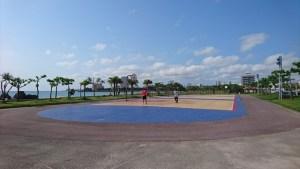 バスケを楽しむ若者やアメリカンボーイが。
