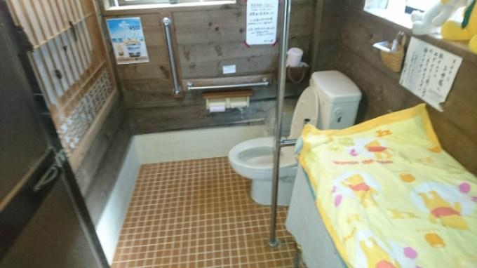 手すり完備の車椅子ユーザートイレ。