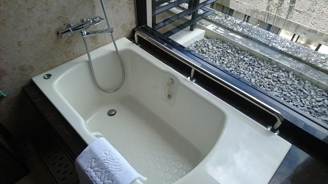 浴槽床面は滑り止め処理がなされていました。