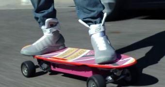 Skate elétrico do McFly sem função hover vai arrecadar fundos para pesquisa do Mal de Parkinson
