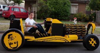 Esse carro em tamanho real, feito com peças Lego, pode chegar a 35 km/h