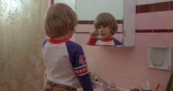 Coçar seu reflexo no espelho pode aliviar o incômodo
