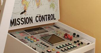 Pai do Ano cria painel de controle espacial para guris sortudos