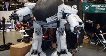 Homem constrói um ED-209 em tamanho real, munição opcional