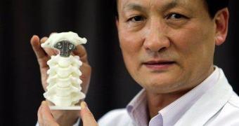 Garoto com câncer tem vértebra substituída por uma impressa em 3D